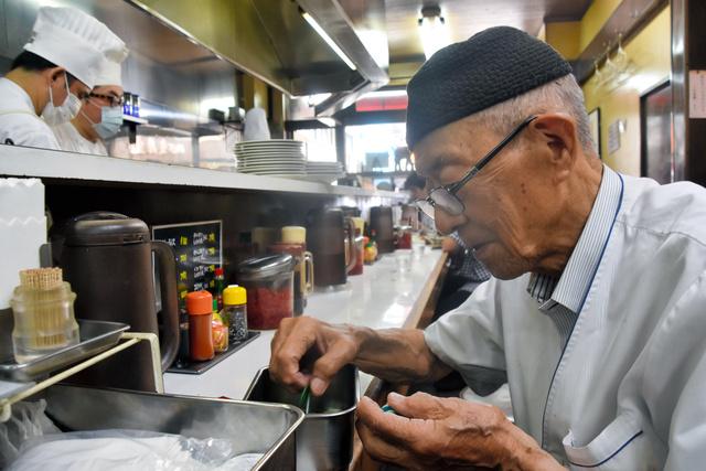 test ツイッターメディア - 「キッチン南海」の黒いカレー 最終日にそれぞれの思い https://t.co/HB6QNfSSpG  古書店街で60年の歴史を持つカレーの名店が、幕を下ろしました。  最終日の閉店後、90歳の創業者、南山茂さんが外に出ると、食べ終えた十数人が待っていて、拍手を送りました。  「ありがとうございます。涙が出ます」 https://t.co/YNNYYSLTF0