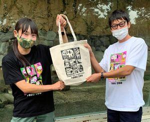 test ツイッターメディア - ゾウが干し草など1日70キロ… 動物園エサ代、助けて  https://t.co/4tni0EoVY6  東武動物公園では対策として、オリジナルのTシャツやトートバッグを「グッズ付き応援プラン」として売り出しました。動物たちが1日に食べるエサの量が学べるかわいいデザインです🐘同園のオンラインショップで販売中 https://t.co/Mi0ru2ffgX