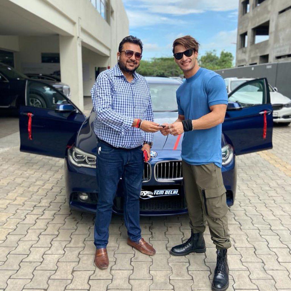 Congratulations!!😍 @imrealasim shares a picture as he buys his dream car🚗😍  #AsimRiaz #CongratulationsAsim #biggboss13 #biggboss #bb13 #bb