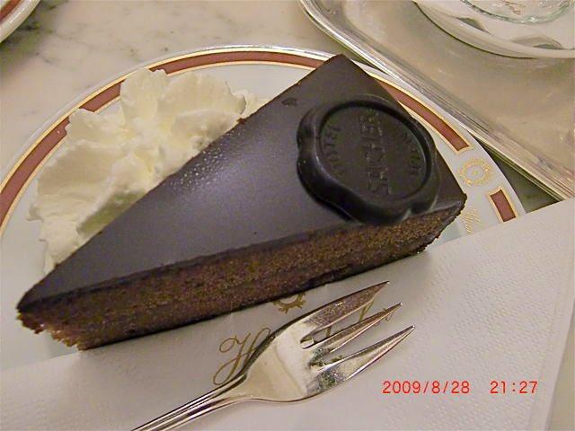 test ツイッターメディア - チョコレートのケーキを見る度に思い出すウィーン オリジナルのザッハトルテを名乗る為の権利裁判でデメルに買った ホテルザッハーのカフェ デメルも食べてみたけれど どちらも美味しかったです (結局、このデジカメの日付は故障で消せなくて、後悔しかない😇) https://t.co/j8V5gliXup