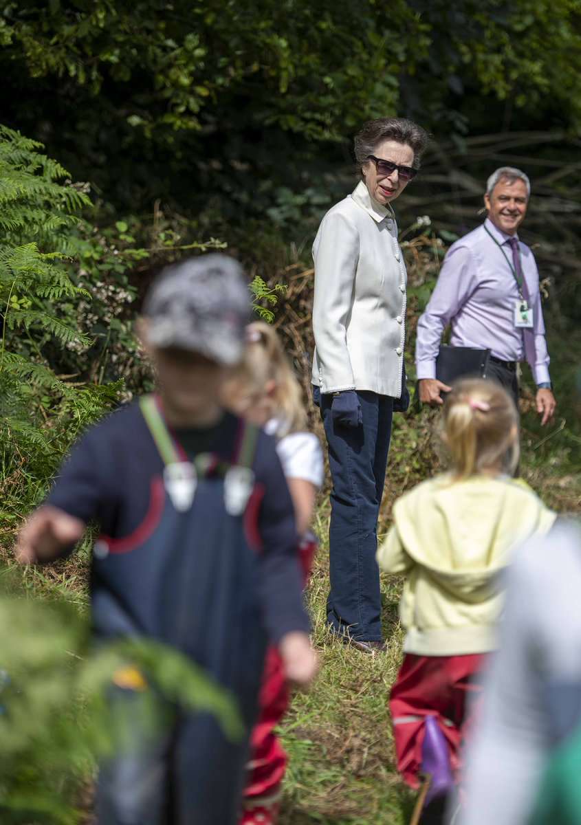 🐞🐛This morning The Princess Royal visited Lydbrook Primary School to see how the pupils are learning about nature and wildlife outdoors.  HRH spoke to pupils who were pond dipping and studying mini beasts, before opening their new Wellbeing Garden 🌿