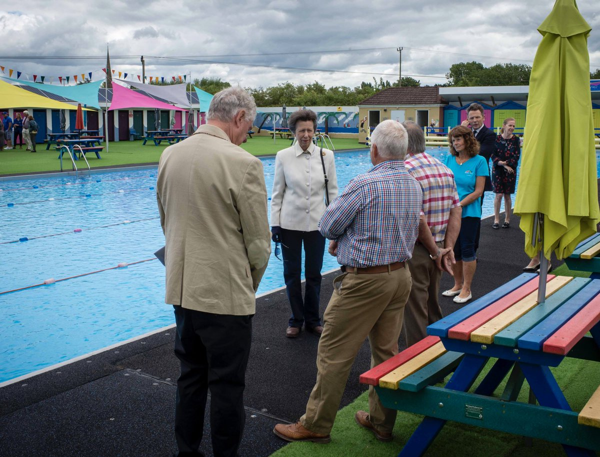 💦🏊‍♀️The Princess Royal visits @BathurstPool, to celebrate 100 years since it first opened to the community.  HRH met volunteers and committee members, and unveiled a plaque to mark the occasion.