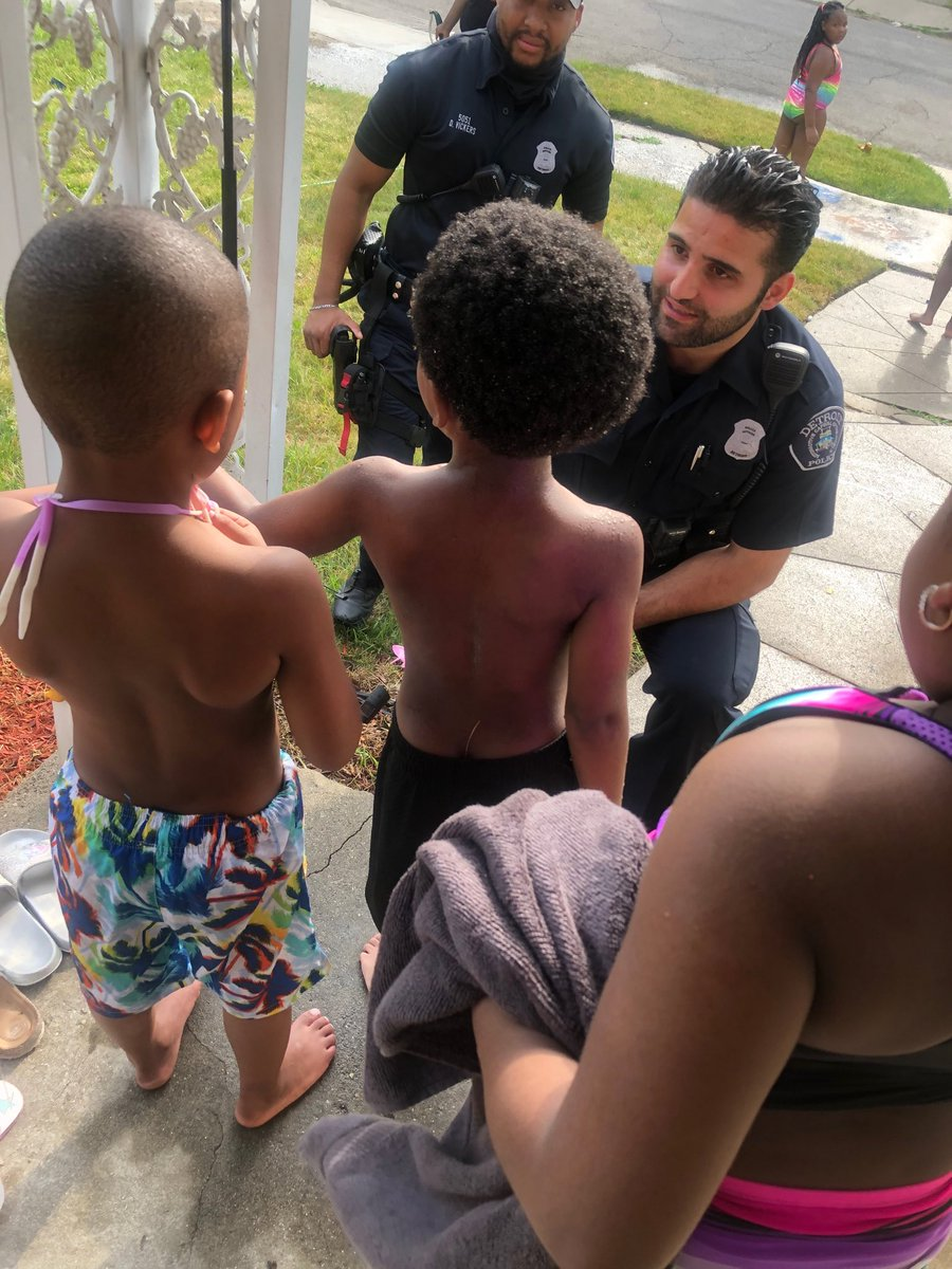 This little boy started crying when he saw Detroit police officers in his neighborhood. The four year old was afraid they would hurt him. This is what happened next. The officers took time to create a bond with little Mason, and then bought all the kids snacks. @Local4News
