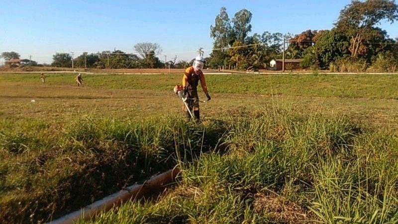 #DNITemAÇÃO: o DNIT realiza serviços de manutenção na BR-158/MS, incluindo roçada e limpeza dos dispositivos de drenagem entre os municípios de Cassilândia e Paranaíba, do km 19 ao km 22,20 da rodovia.
