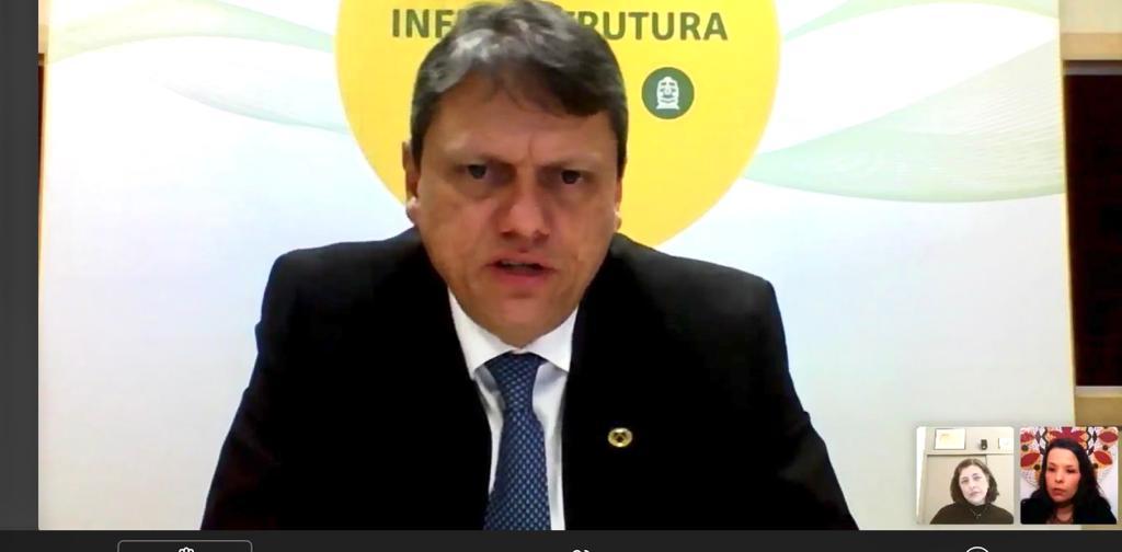 Em #webinar da @RevFerroviaria nesta tarde, o ministro da Infraestrutura, Tarcísio de Freitas, disse que aguarda aval do TCU para outorgas livres no setor ferroviário. Siga o fio e confira mais sobre 🧶⬇️