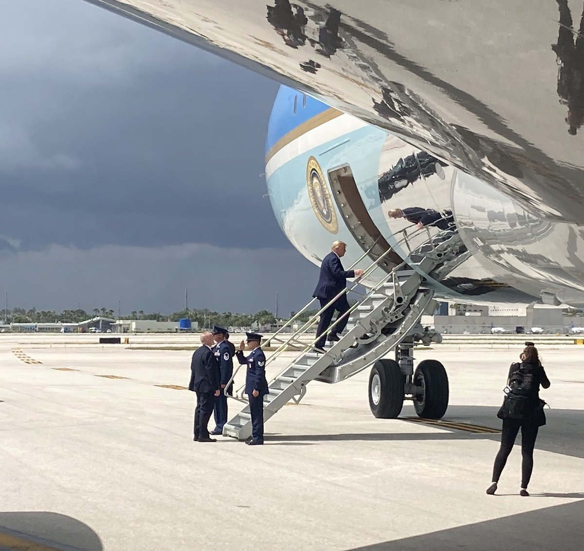 With dark, ominous clouds ahead, President Trump boards Air Force One for very short flight from Miami to Ft. Lauderdale
