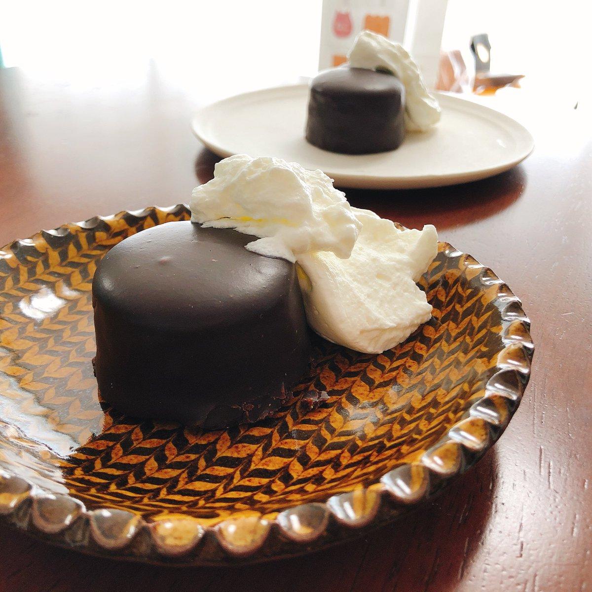 test ツイッターメディア - ザッハトルテ、外側のチョコとジャムの部分がザクザクでおいしいぃぃ。デメルも美味しかったけどこっちが好き。復活ありがとう‼︎ https://t.co/kVfAZaiORY