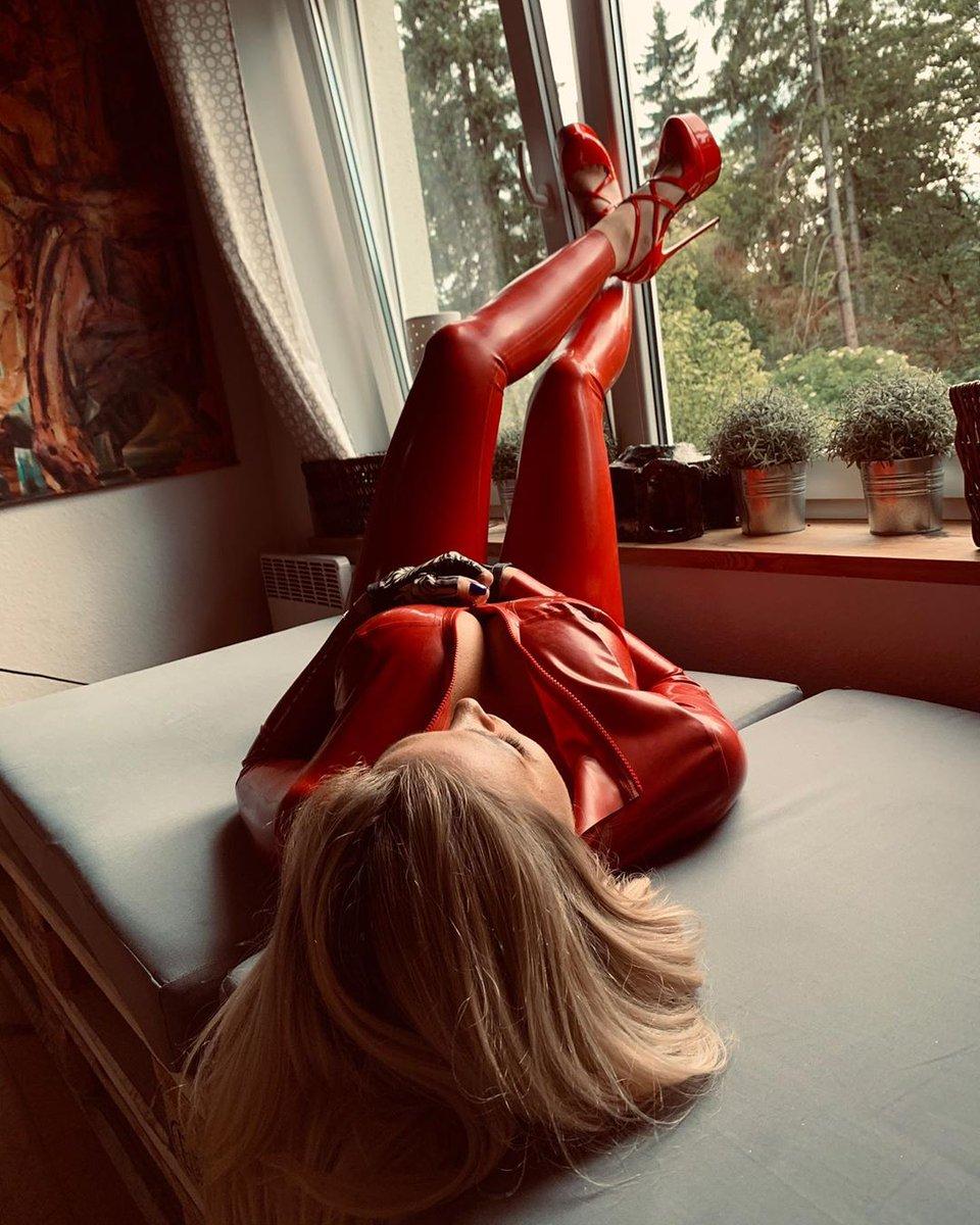 𝔉𝔢𝔱𝔦𝔰𝔥𝔓𝔥𝔞𝔯𝔪 #rubberdoll #latexfetishgirls #latexfetishqueen #latexlove #heavyrubbermodel #latexhood #fetishphotography #bdsmmistress Liara