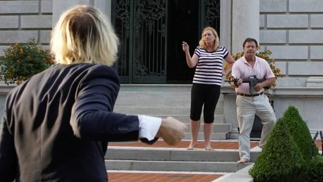 Homem que apontou AR-15 contra manifestantes antirracismo tem o fuzil confiscado.  @BlogPageNFound