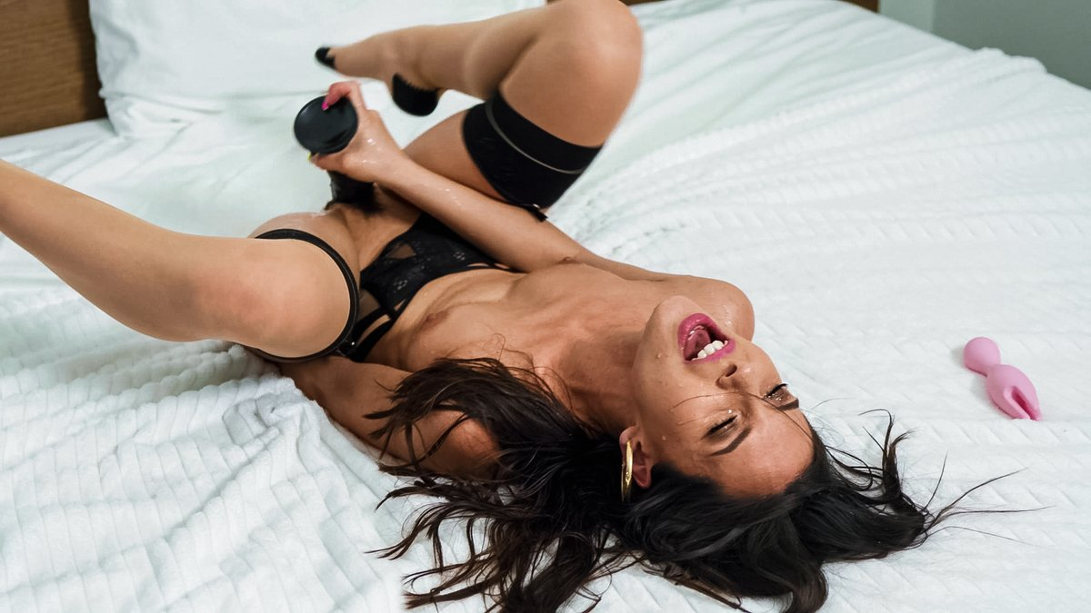 Your new neighbor is a high-rise exhibitionist. How do you make a move? @MilanaRicciXXX