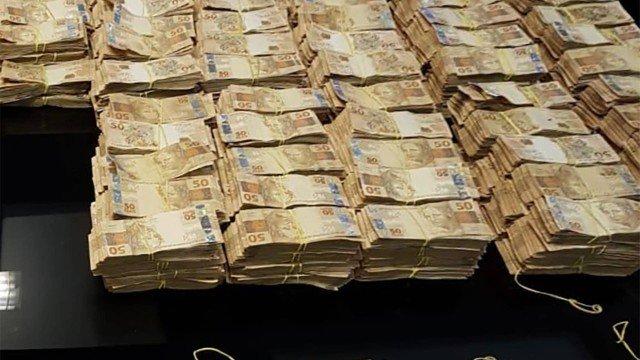 Parte dos R$ 8,5 milhões apreendidos em operação contra fraude na saúde estava em carro na Barra.