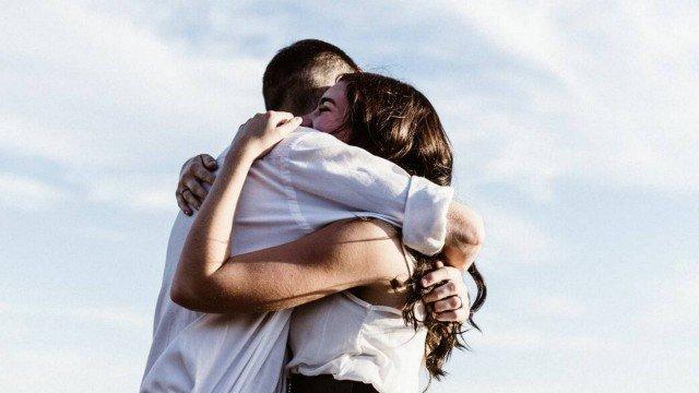 Saudade de um abraço? Contraindicado na quarentena, gesto pode ser substituído por ações.