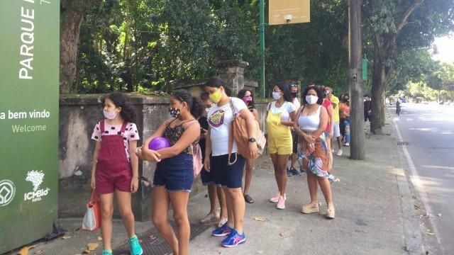 Primeiro domingo após reabertura de áreas de lazer é de filas para entrar nos parques.  #pandemia