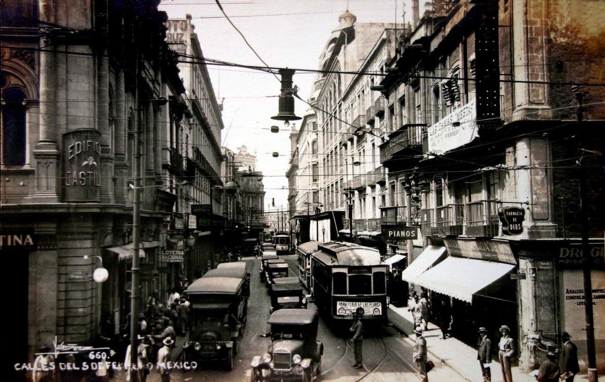 El cruce de República de Uruguay y 5 de Febrero en los años treinta. Una postal llena de detalles.