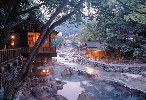 Takaragawa onsen, em Minakami, nas montanhas de Gunma. ⭐️ Boa noite, amigos 🌙✨🌟  Foto: Flickr/Kenji T. #Japão #Japan #culturajaponesa #Turismo #viagem #gunma #fotos #mundonipo #MN