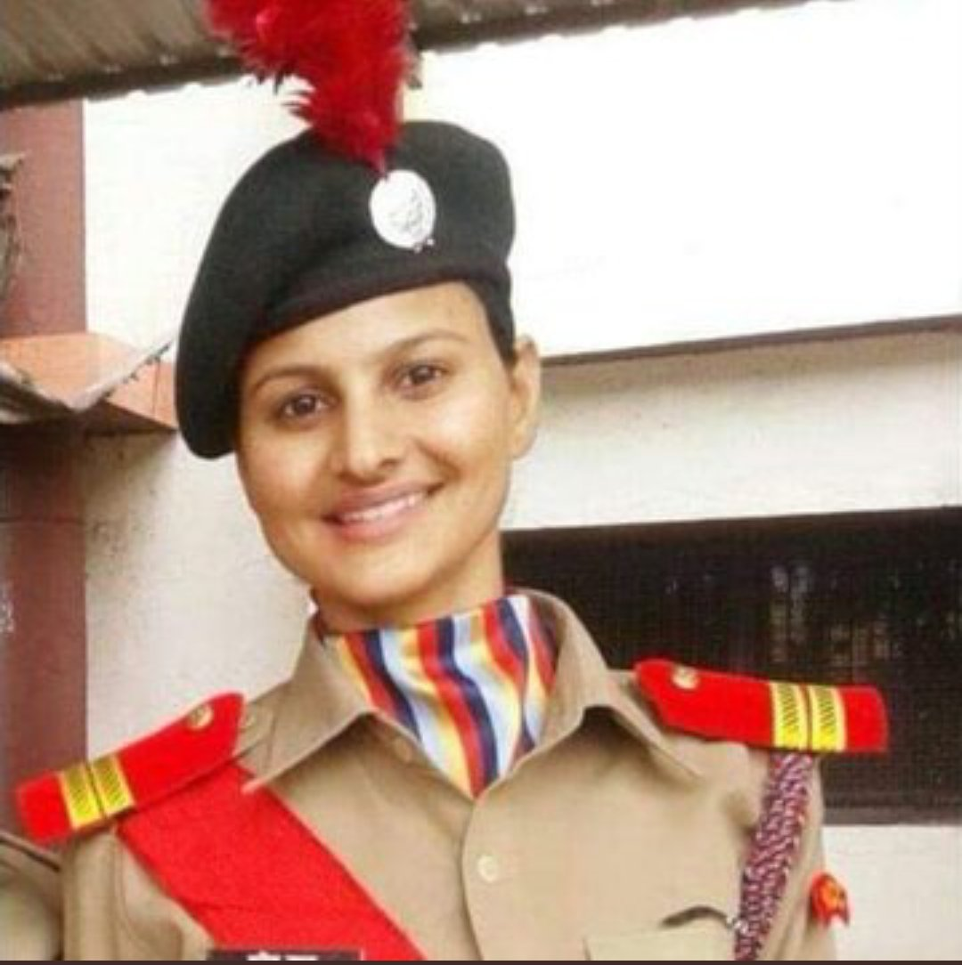 We need brave lady police officer like Sunita Yadav many more who is not bootlicker of any political leader but ensure law & order equality for everyone.#SunitaYadav