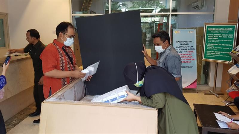 To strengthen #pandemic response in #Indonesia @WHO is supporting procurement & distribution of vital #COVID19 test kits. Read more:    Photo credit: #NIHRD