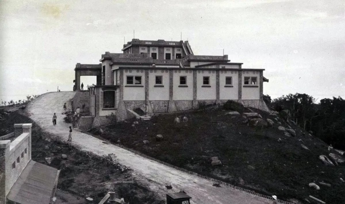 test Twitter Media - Bouw Hotel Menoembing, Muntok, ca. 1929. https://t.co/OH9sVpauFO