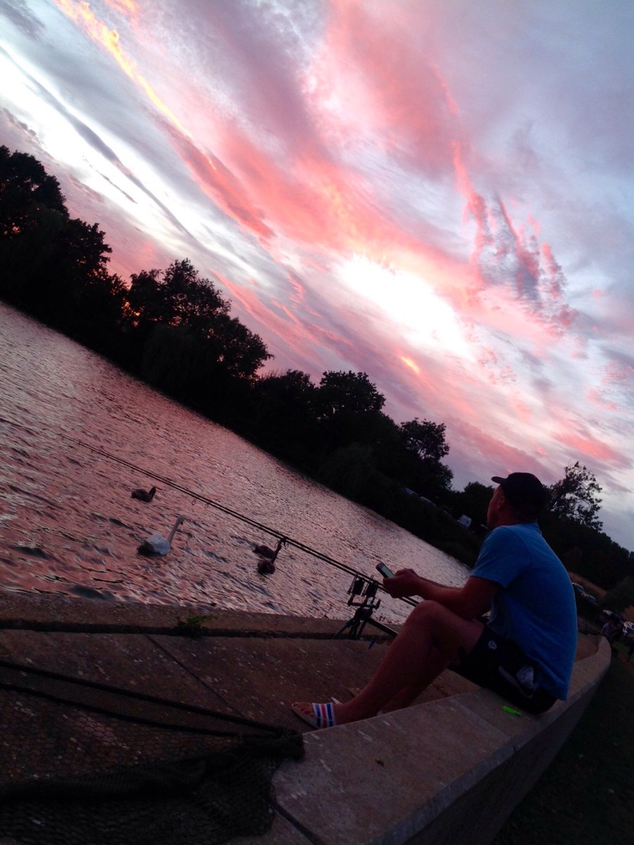 I Got a lovely 📷 of Danny last Friday. It was a beautiful <b>Sunset</b>❤ #carpfishing https://t