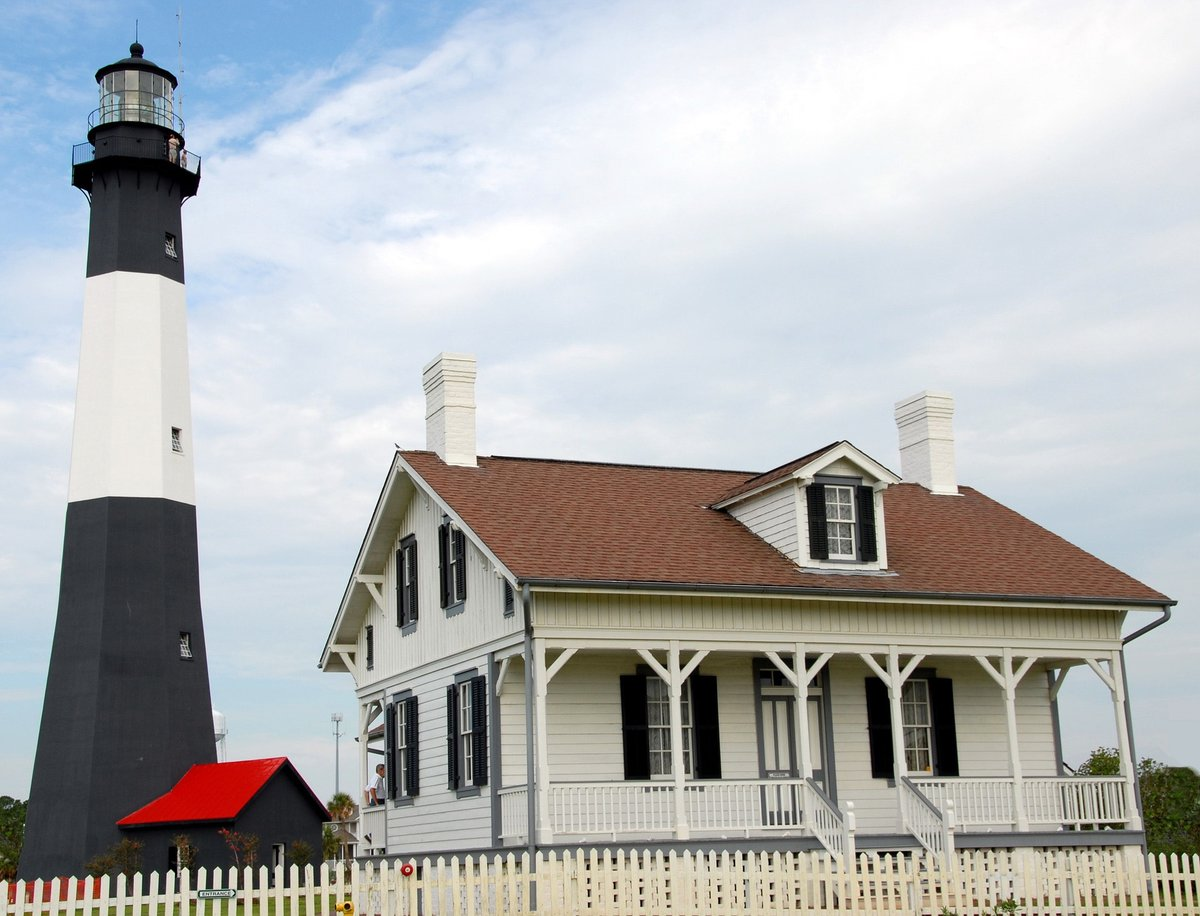 It's #FieldTripFriday! Celebrate #NationalLighthouseDay with @USLHS. Get outside and explore one of the lighthouses in our corner of the world! Share a selfie with or a picture of your favorite lighthouse in the comments or tag @liveoakpl!