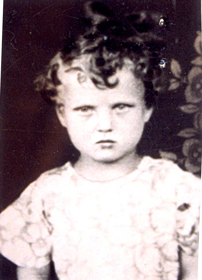 7 August 1930 | Romanian Jewish girl Dvora Rifca Bergerwwas born in Comlausa.  In June 1944 he was deported to #Auschwitz and murdered in a gas chamber.