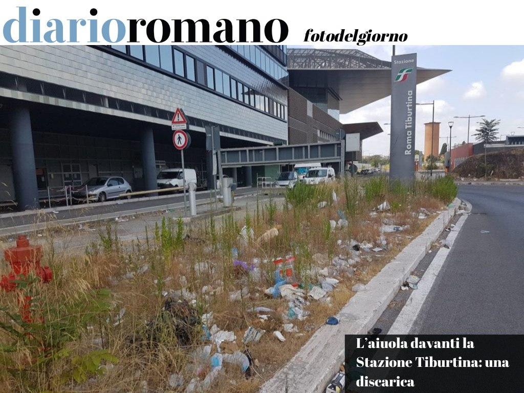 test Twitter Media - Rifiuti di ogni genere all'ingresso della Stazione lato largo Camesena. Una sporcizia indicibile negli spartitraffico. . #Roma #fotodelgiorno 📸 https://t.co/ff40VqJK5l