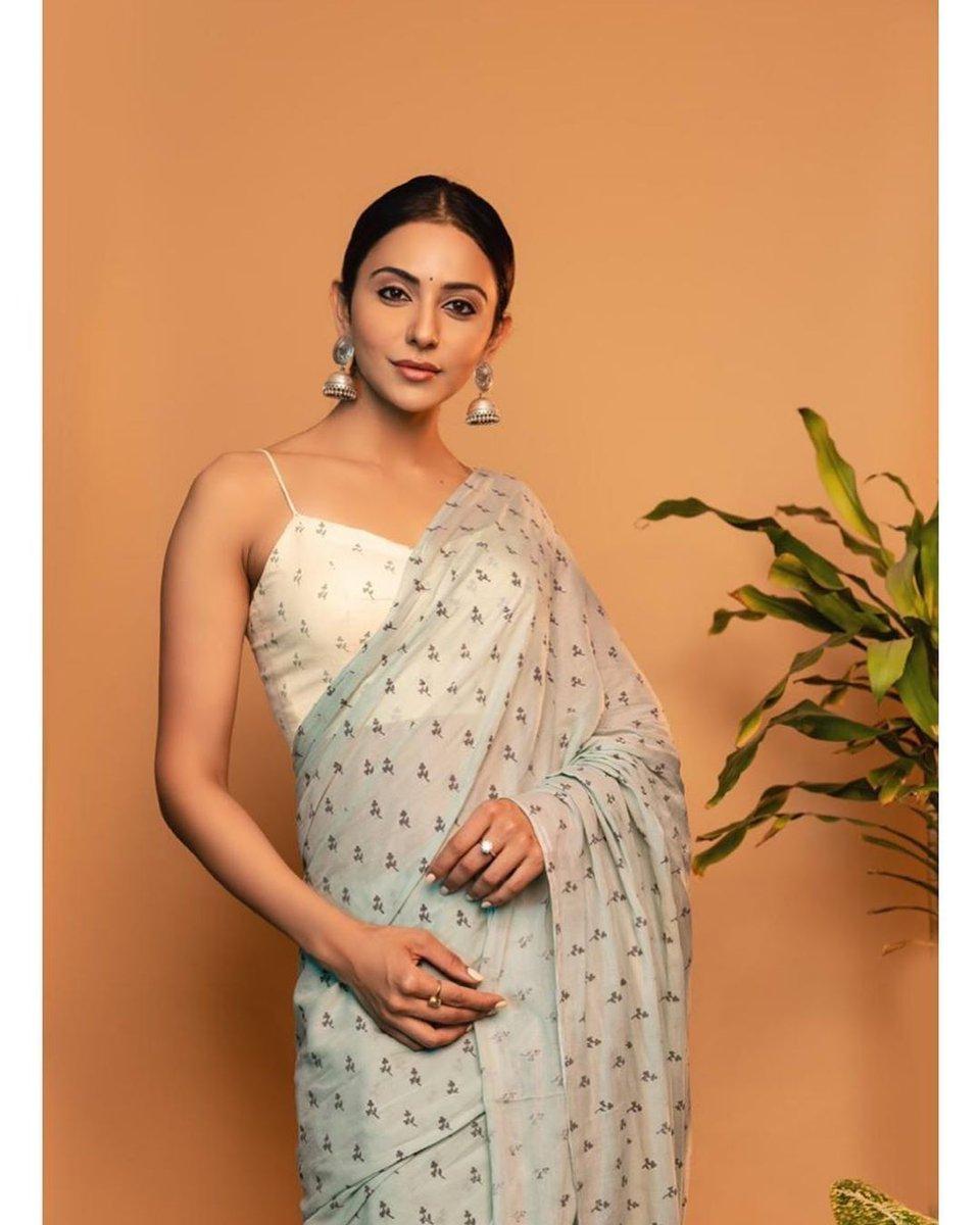 Saree : The sexiest dress for a girl.......😍😍❤️❤️. @Rakulpreet looking fabulous in this saree. . . . . . . #rakulpreet  #saree #sareelove #bollywood #southasian #urbanasian