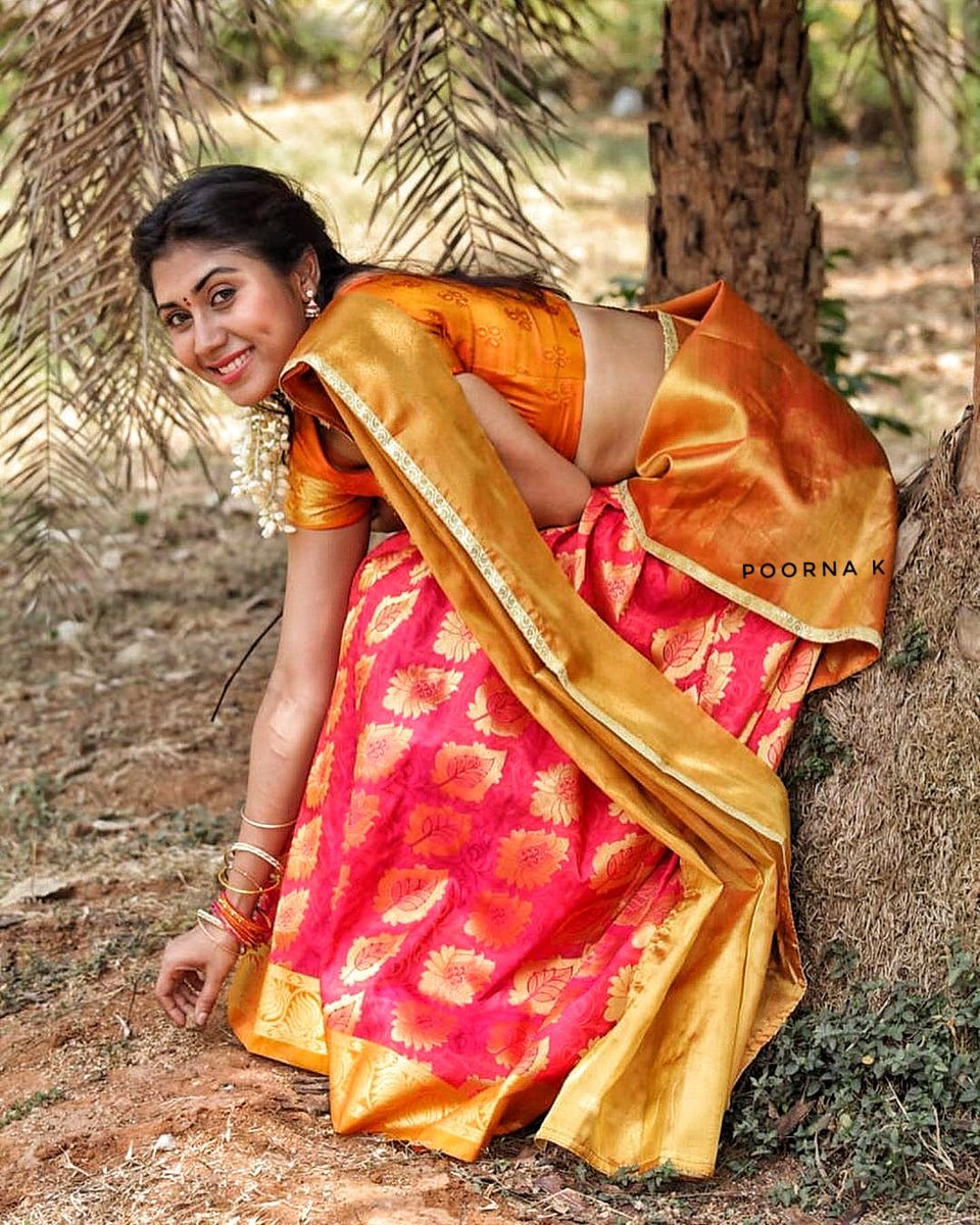 Awww 🤤🤤🤤  Homely classy Village girl exposing Navel to you without notice to anyone 😝😝 Seducing young hot  girl in a traditional saree is a gift and only few know abt it 😉😉😉😉