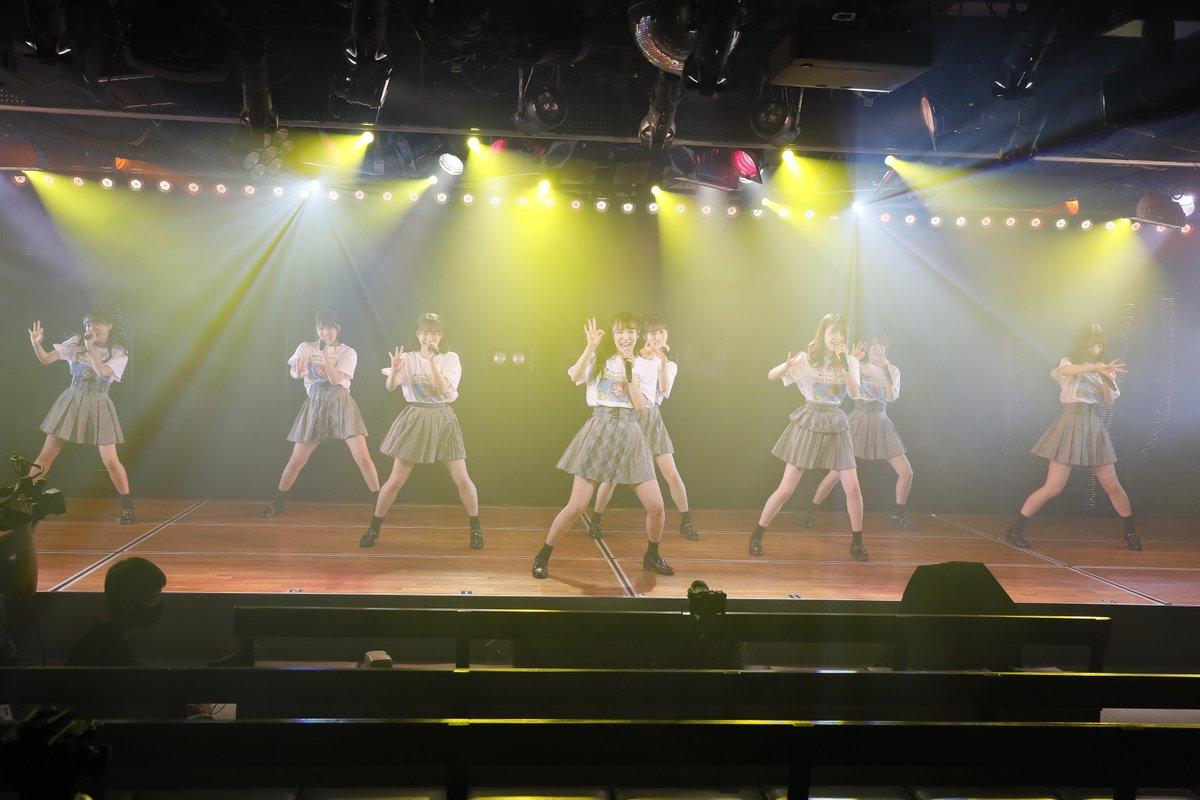 test ツイッターメディア - 夜は、坂⼝渚沙さん、岡部麟さん、吉川七瀬さん、⼩栗有以さん、鈴⽊優⾹さん、⼤⻄桃⾹さん、下尾みうさん、倉野尾成美さんと、全国のメンバーがリモート配信で参加。「蜂の巣ダンス」で幕開け、「かくし芸」のコーナーで尾上美⽉さんが座ったままでリフティング30 回という記録を達成。ⒸAKB48 https://t.co/UklvBdPDvi
