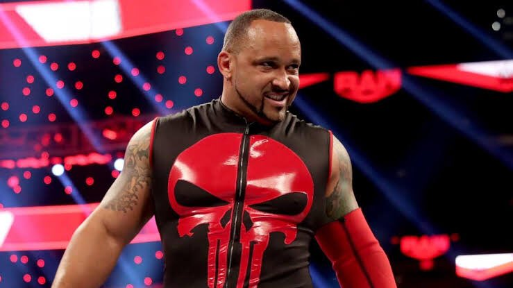 Congrats to @The305MVP.   He's signed a new multi-year WWE deal.   Well deserved.