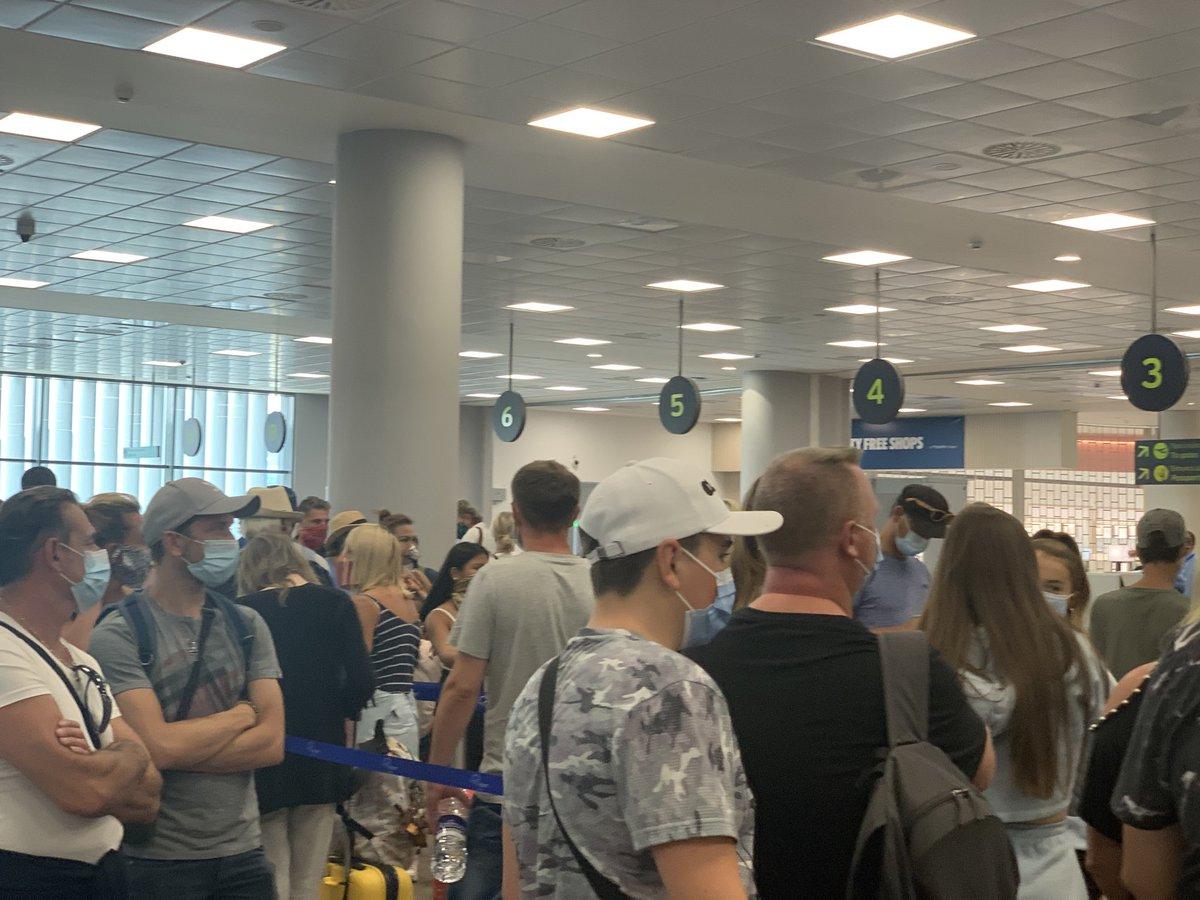 Τώρα στο αεροδρόμιο της Κέρκυρας! Καμία σήμανση ασφαλείας για τον COVID-19 στην ουρά για τον έλεγχο των χειραποσκευών! Η αστυνομία παραπέμπει στην FRAPORT που είναι άφαντη!!