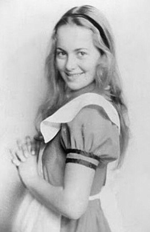 Jeune et innocente... Olivia de Havilland à 17 ans, l'année où, dans sa ville de Saratoga, elle se lance dans le théâtre amateur, avec une adaptation de «Alice au pays des merveilles». Elle ne fera ses premiers pas au cinéma que deux ans plus tard @GarconsOfficiel
