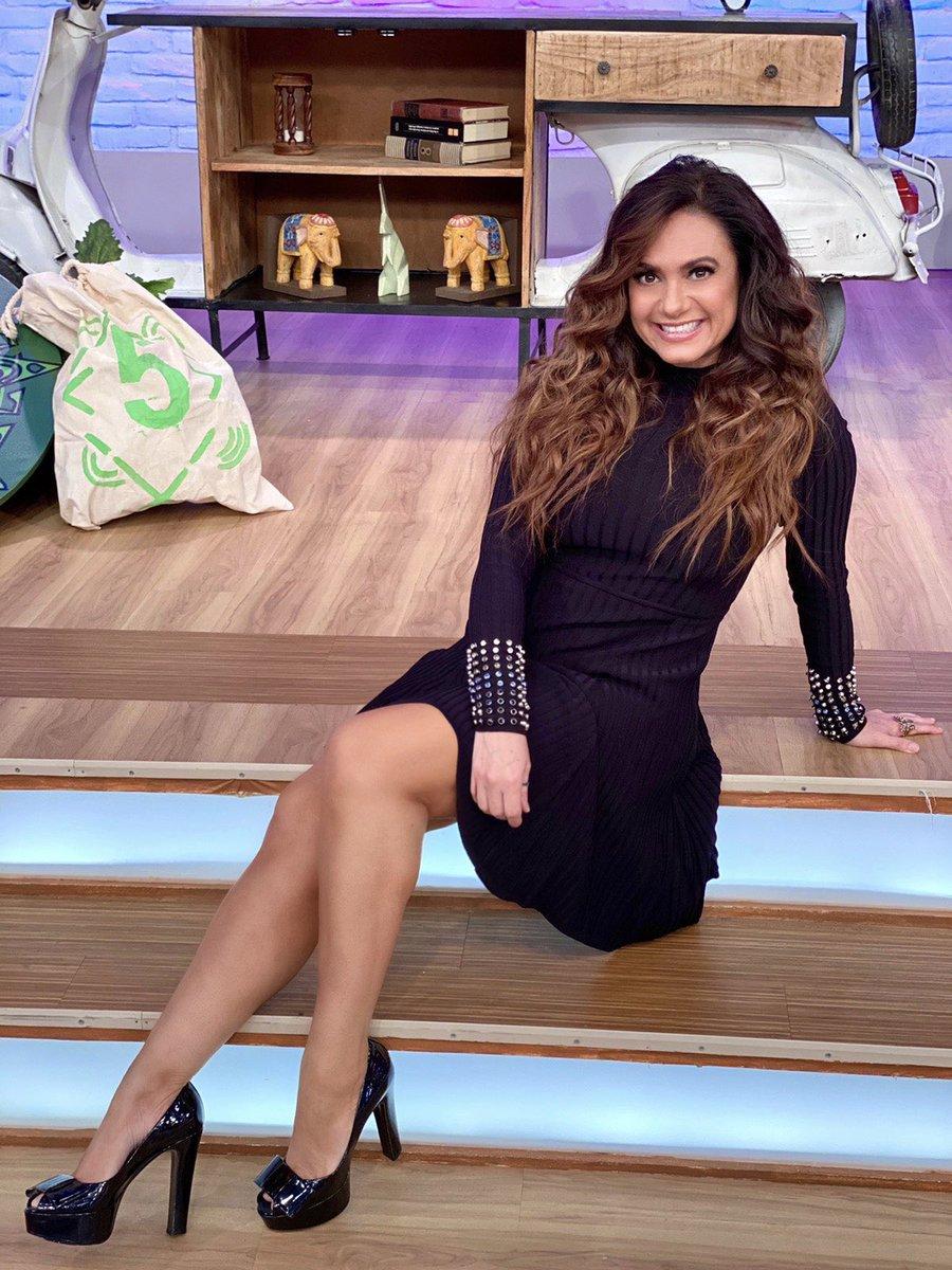 ¡Feliz tarde de miércoles! ❤️❤️❤️... ¡Les mando muchos besos! 💋💋💋 Fotografía de @sergiotorressa Maquillaje: @silmakeup08 Peinado @yoly_luna1998   . .  . . . #tvhost #tv #host #aztecauno #enamorandonos #enamorandonostv  #tvazteca