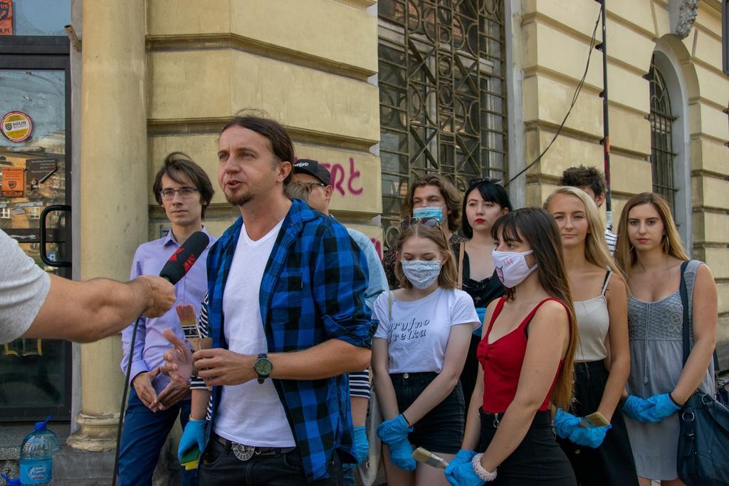 Dziś w #Katowice razem z @LukaszKohut zmazywaliśmy graffiti antify z kamienic. Nie ma przyzwolenia na szpecące napisy we wspólnej przestrzeni miejskiej.  Challenge:👉 Czy działacze prawicy też znajdą w sobie odwagę, chęci by zmazać dewastujące graffiti faszystowskich organizacji?