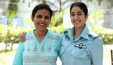 India's First Woman Air Force Officer, #GunjanSaxena , an inspiration to everyone out there who faces hurdles in achieving their dreams and a motivation for every Indian🇮🇳 Being a true Indian in every sense, thank you @iamsrk for giving it a go! #GunjanSaxenaTheKargilGirl