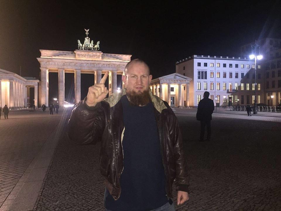 """Hassprediger Pierre Vogel steht vor dem Brandenburger Tor. Jeder der diese Foto sieht, sollte einen Augenblick innehalten und genau hinschauen. Keiner kann danach sagen: """"Ich habe von nichts gewusst."""""""