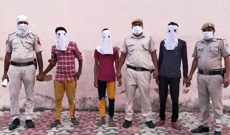 Team of PS Dwarka North solved a daylight robbery with a person on knife point in a park. All 3 robbers were arrested within 24 hours of crime. The whole robbed property also recovered. Kudos to the team!  #KeepingDelhiSafe  @CPDelhi @DehliPolice