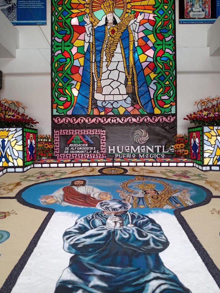 En #Huamantla #Tlaxcala así quedó la #alfombra de aserrín donde se pide por la salud y protección del personal médico del área #COVID19, se realizó en la entrada del Museo de La Virgen de La Caridad, solo podrá verse en redes ya que las puertas de la Basílica están cerradas.