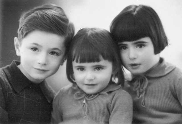 2 August 1938 | Dutch Jewish girl Jeannette Groenteman (in the middle) was born in Amsterdam.  In 1942 she was deported to #Auschwitz with her mother Lena and siblings Anne & John. All were probably murdered together in a gas chamber.