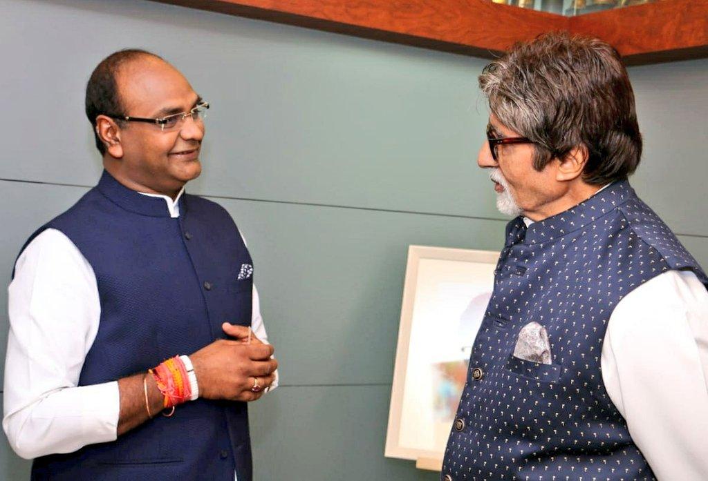 प्रसिद्ध सिने अभिनेता श्री अमिताभ बच्चन जी आज #कोरोना को हराकर अपने घर आ गए। बहुत-बहुत बधाई। कोरोना से डरने की ज़रूरत नहीं बस समय पर इलाज और चिकित्सकों के दिशा-निर्देशों के पालन से कोरोना को आसानी से हराया जा सकता है। @SrBachchan