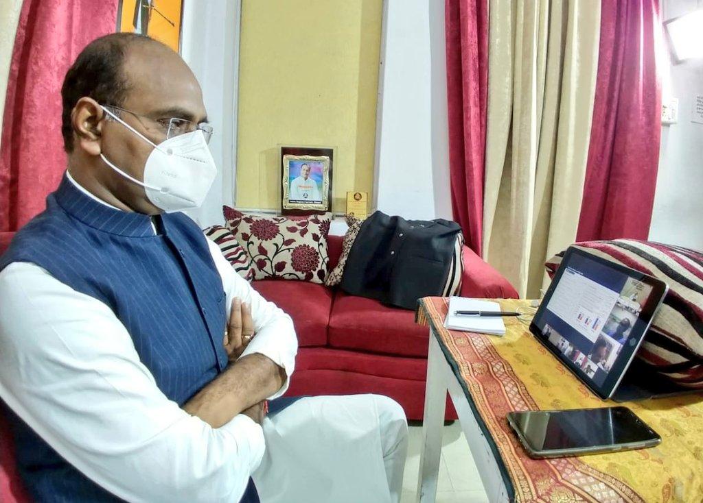 चिरायु अस्पताल से माननीय मुख्यमंत्री श्री  @ChouhanShivraj जी ने वीडियो कॉन्फ़्रेंसिंग के माध्यम से मंत्रीगण एवं वरिष्ठ अधिकारियों के साथ प्रदेश में #COVID19 संक्रमण की स्थिति की समीक्षा बैठक की और आवश्यक दिशा-निर्देश दिए। #MPFightsCorona  #KillCoronaAbhiyan