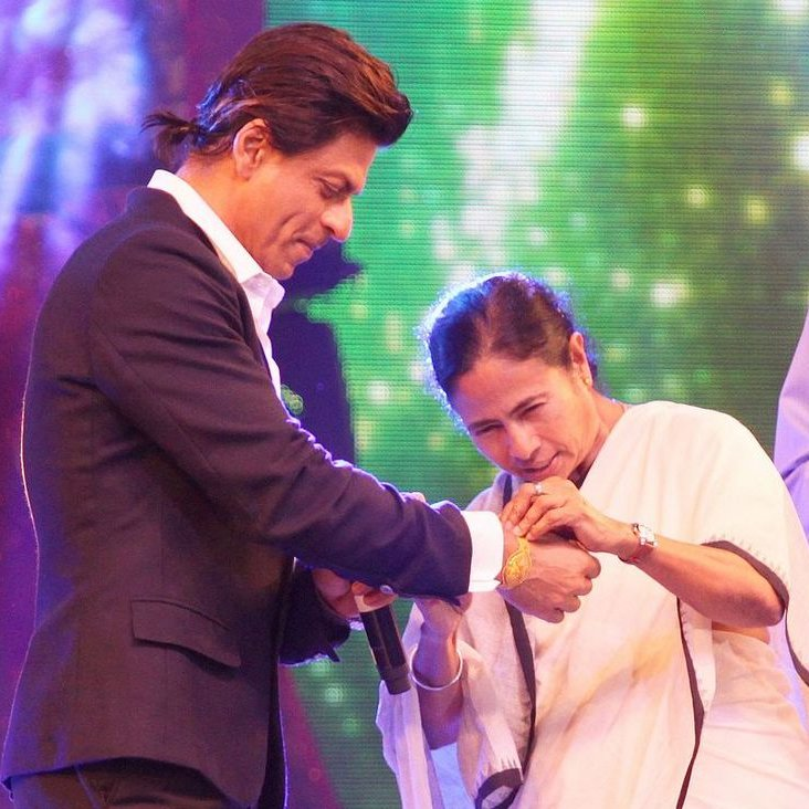 In 2014, a very special person tied a rakhi on @iamsrk's  hand. It was none other than our beloved Chief Minister @MamataOfficial.   #HappyRakshaBandhan #MamataBanerjee #BanglarGorboMamata