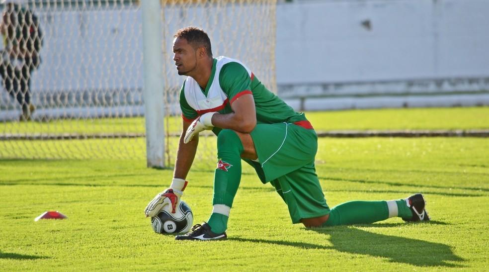 Após contratação por time do Acre, MP pede que goleiro Bruno use tornozeleira eletrônica e peça autorização para ir a jogos à noite ou nos fins de semana  #G1