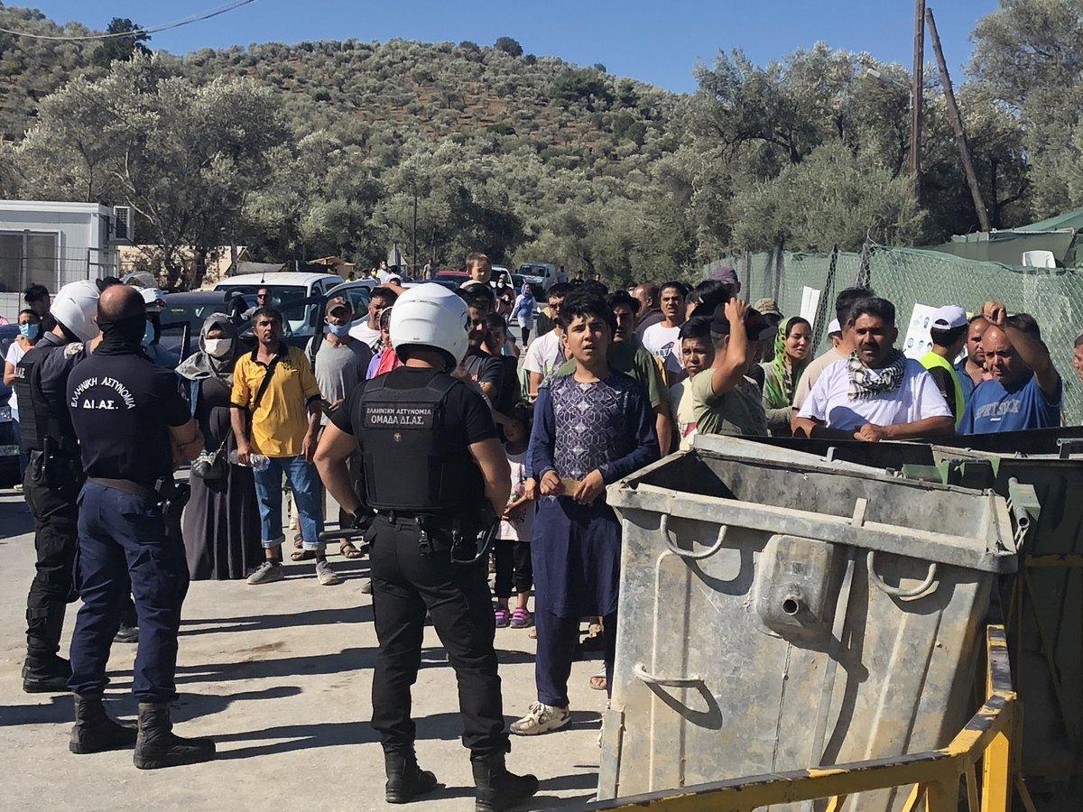 Überstürzte Abreise aus #Moria, Dutzende Bewohner skandierten und schrieen, eine bedrohliche Stimmung machte sich breit, Polizeitrupps mit Schilden marschierten auf. @ArminLaschet und Delegation brachen den Termin vorzeitig ab. #greece #nrw