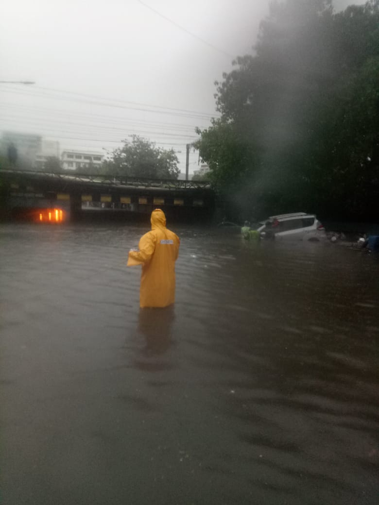 Owing to waterlogging, following routes have been closed for vehicular movement: Hindmata Flyover, Andheri Subway, Malad Subway, Milan Subway, King Circle, Shindewadi and Dadar TT.  Citizens are requested to take care & dial 100 in case of emergency.  #TrafficUpdate