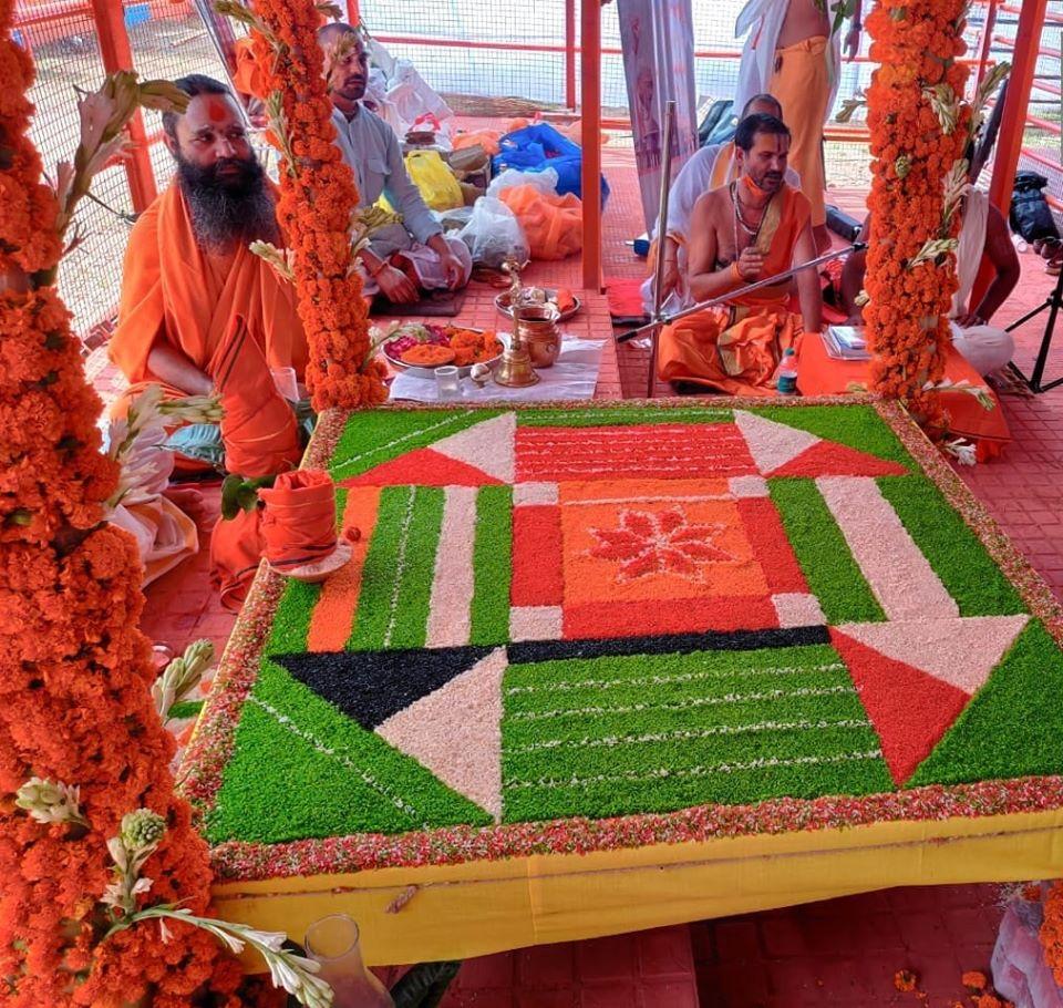 श्री राम जन्मभूमि परिसर में श्री रामार्चा पूजन का अनुष्ठान आज प्रातः काल प्रारम्भ हुआ।  Shri Ramarcha Pujan has commenced in the Shri Ram Janmbhoomi complex today.