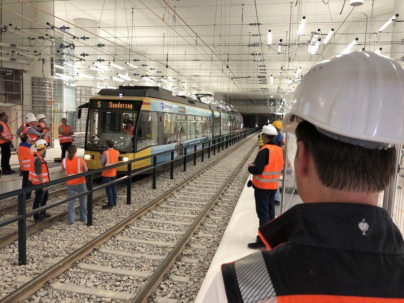 Es geht voran: Heute hat die erste #Straßenbahn eine erfolgreiche Testfahrt durch den #Tunnel unter der #Karlsruhe r City erfolgreich absolviert! 🥳 🚋. Fotos: @DieKombiloesung