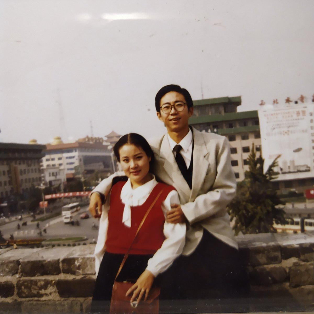 我和妻子王菁在西安城墙上。 好像是1995年。  那些年的照片,妻子让我翻拍一些发给她。因为我们隔着一个太平洋。