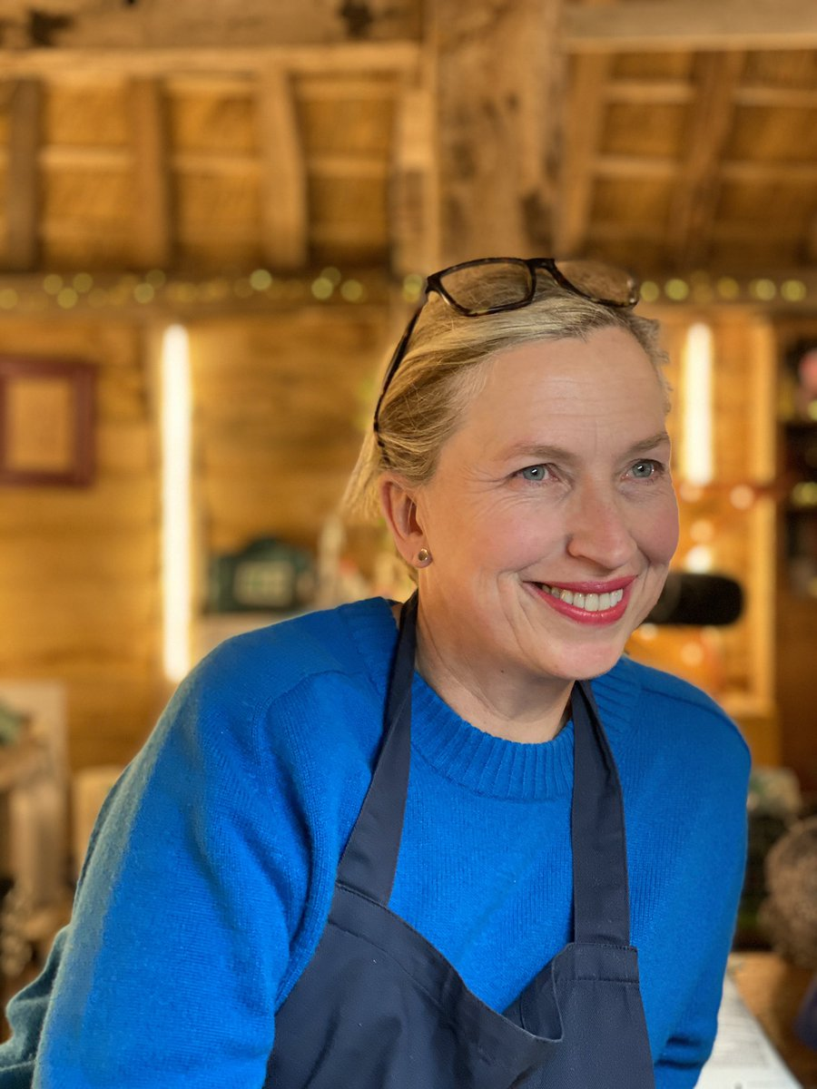 Good morning all, please join me in wishing the Queen of @TheRepairShop (aka @KirstenRamsay2 ) a Very Happy Birthday. 😊 plus I've added a little chat we had a few years ago     #therepairshop