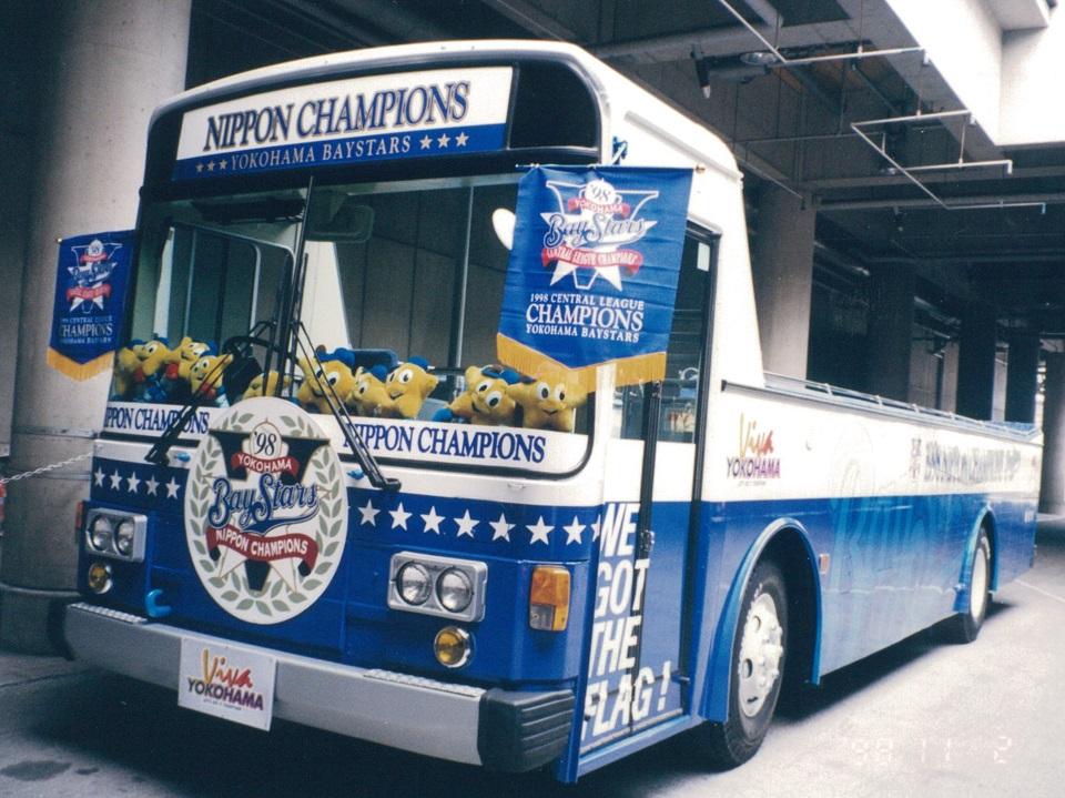 test ツイッターメディア - 1998年、横浜ベイスターズが優勝した際、市営バスを加工したオープンバスでパレードが行われました。このパレードをテーマにした佐藤多佳子さんの小説『パレード』が小説現代8月号に掲載され、オープンバスの制作秘話が活き活きと描かれています。是非ご覧ください! #パレード #横浜ベイスターズ https://t.co/4YINHomKcV